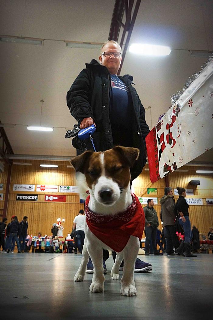 Svante Westin med nyfiken hund